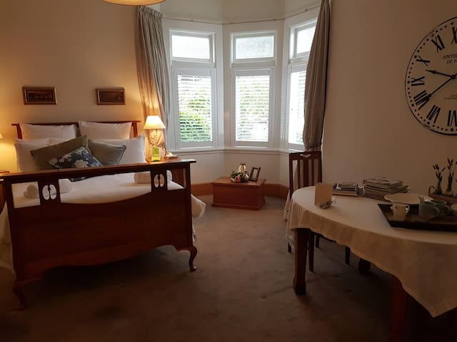 The Spacious Oak Room in Kelburn