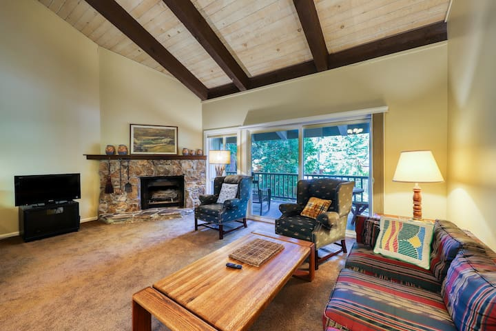 Dog-friendly Tahoe City condo w/ a fireplace, full kitchen & great views