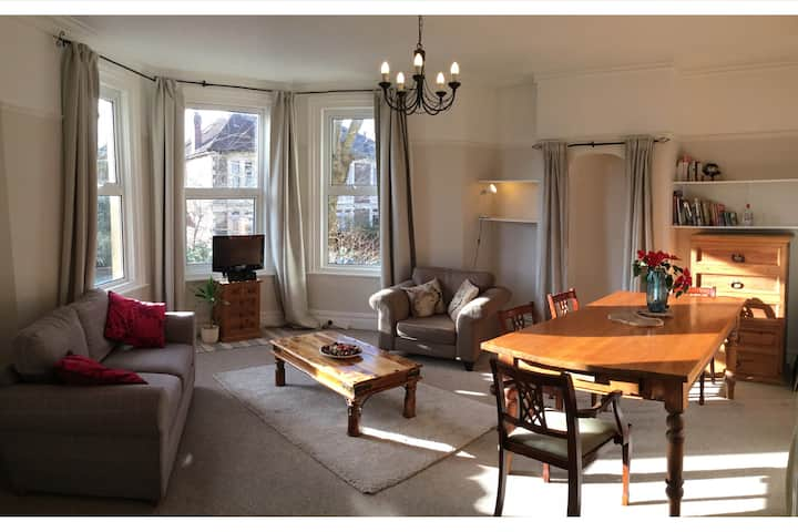 Charming Victorian Apartment- Vibrant Central Area