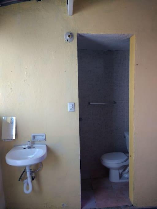Entrada al baño, es privado.