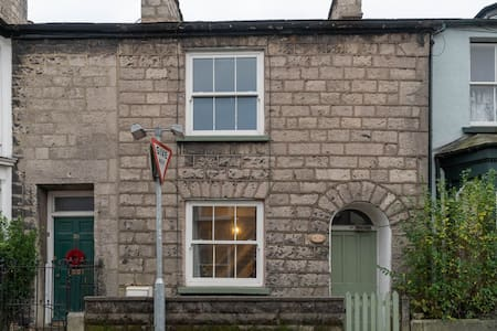 Toffeepot Cottage - Dog friendly cottage, a stones-throw from the river.