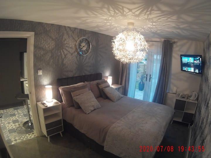 Ground floor bedroom / en-suite / kitchenette