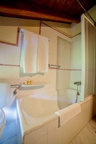 Ruta del Cares.Habitación dos camas y baño