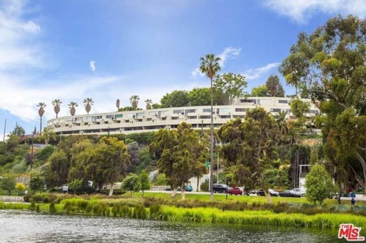 Spacious 1 bed, spectacular views over Echo Park