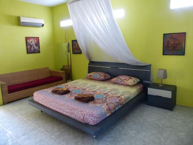 Family Room Griya Hijau Guest House Solo - Colomadu - Bed & Breakfast