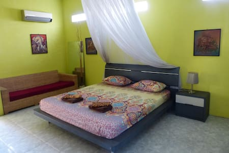 Family Room Griya Hijau Guest House Solo - Colomadu - Bed & Breakfast