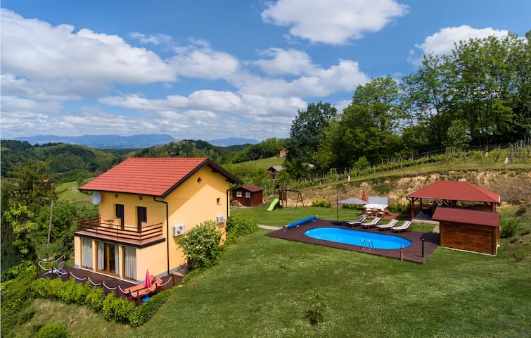 Stunning home in Bobovec Rozganski with Jacuzzi, WiFi and 2 Bedrooms