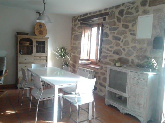 Antigua casa de piedra rehabilitada, gran jardín - Peguerinos