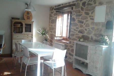 Casa de piedra rehabilitada, con encanto y jardín - Peguerinos - Chalet