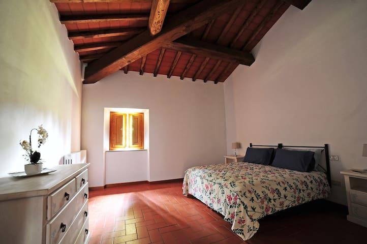 2^ camera matrimoniale, vista giardino, completa di biancheria da letto e bagno privato