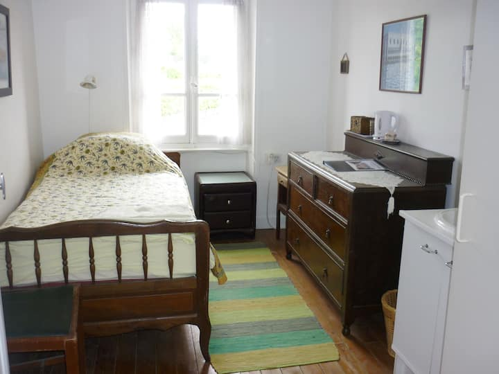 Single room en-suite Gourgé, nr Parthenay Poitiers