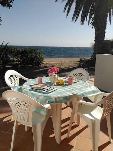 Bungalow located on the beach. - Roquetas de Mar - Bungalou