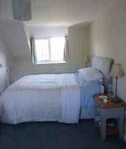 Double room in a lovely thatched cottage