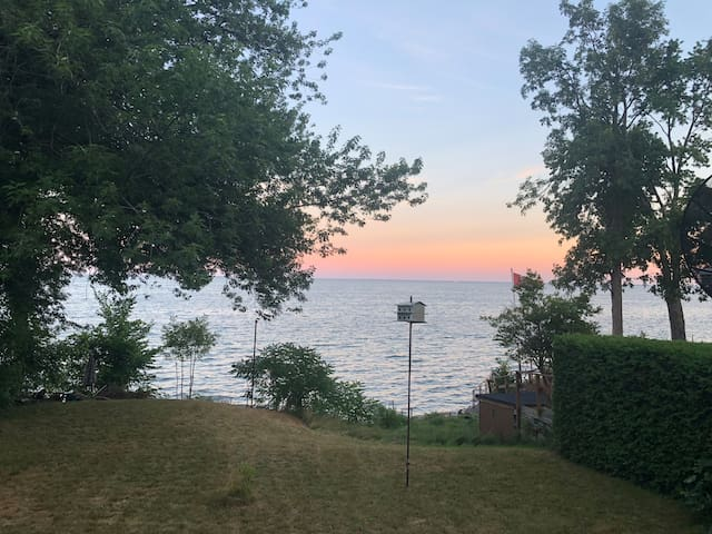 2 bedroom Waterfront cottage on lake simcoe