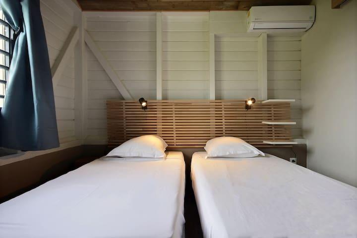 Chambre du bungalow avec deux lits twin 90
