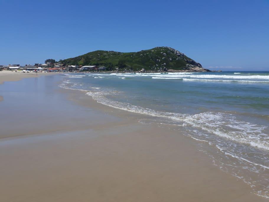 Dar caminhadas nesta praia maravilhosa onde a natureza é deslumbrante é inesquecível.