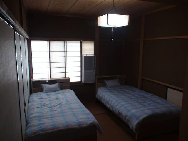 洋室ツインルーム;畳にシングルベッド2台を配したシンプルなツインルームです。落ち着いた雰囲気の部屋でゆっくりとお休み下さい。 양실 침대방; 다다미 바닥 위에 싱글 침대를 배치한 간소한 투윈룸입니다. 마음이 가라앉을 분위기의 방에서 푹 쉬시길... Japanese style twin beds room; In this room, we put two single size beds on a traditional tatami (straw) floor. It's a simple room, but we are sure you can rest yourself in a calm atmosphere. ห้องพักเตียงคู่สไตล์ญี่ปุ่น ; ในห้องพักนี้ประกอบด้วยเตียงเดี่ยว 2 เตียง บนเสื่อทาทามิ เป็นห้องที่มีความเรียบง่ายพร้อมบรรยากาศที่เงียบสงบ