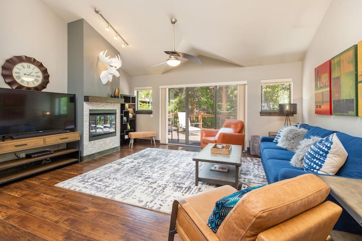 Stylish mountain modern townhome with the coziness of home!