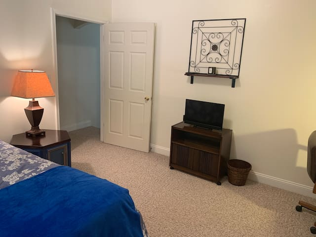 ★Blue room - BEAUTIFUL room in a GREAT location!