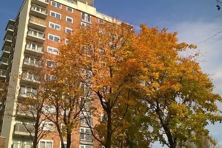 Bright room flat 10 mins from Metrolink