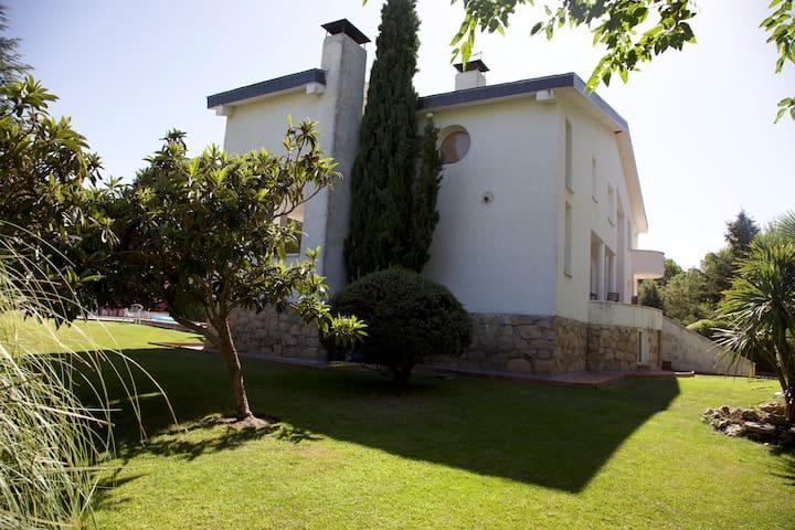 Una de las fachadas de nuestra Villa. Jardín de 1.200 m2.