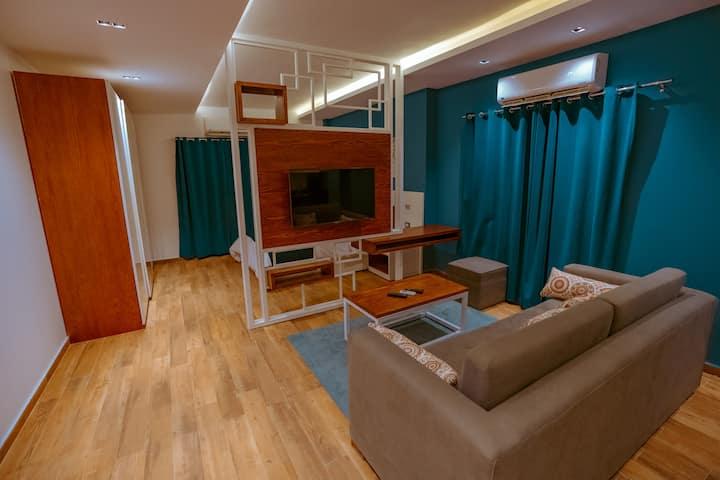 Elegant Fully Serviced Studio by Travelholic Co.