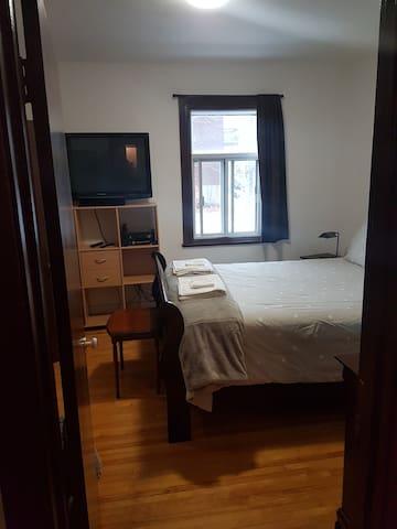 Keen bed with a door going in the bathroom.
