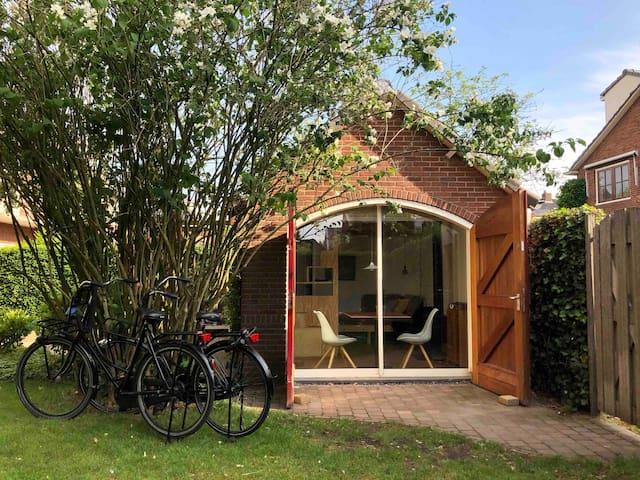 Tiny house in gardens of Amsterdam, incl bikes