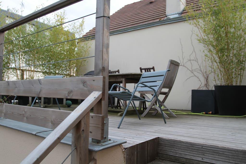 La seconde terrasse accessible depuis la cuisine, petit-déjeuners au soleil garantis !