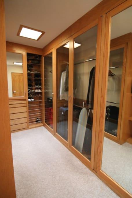 amplio vestidor, tabla para planchar, plancha, caja de seguridad