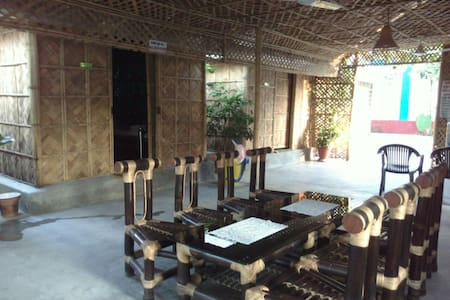 Peaceful Bamboo Hut Stay - Om Shanti Resorts - Siliguri - 小屋