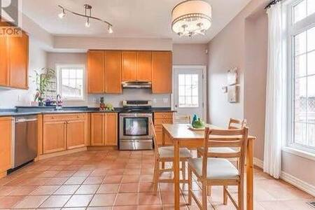 Well-maintained 3 Bedroom Semi-detached House - Markham - Maison