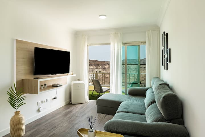 Modernly Furnished Apartment Happy Dreamer with Shared Pool, Sun Terrace with Mountain Views & Wi-Fi; Parking Available