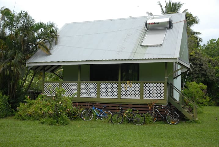 Ginas Garden Lodges, Aitutaki - 4 self contained lodges in a beautiful garden.