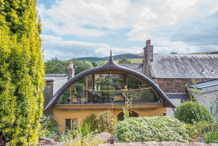 Hobbit House, private room/self catering