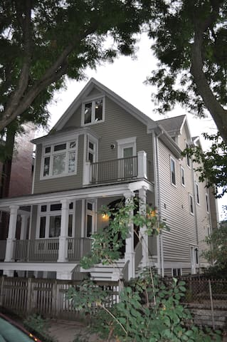 Wrigleyville Mansion - Sleeps 16+