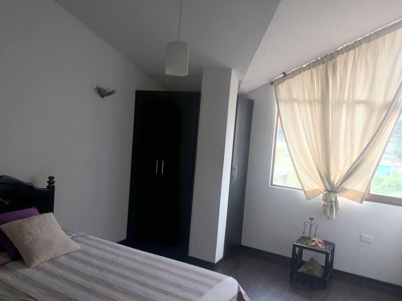 Amplia Habitación, excelente iluminación, cama plaza 1 1/2, dubet, baúl, closeth.