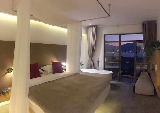 大理老虎的觉后禅自由海景公寓,雪觉苍洱海景大床房。