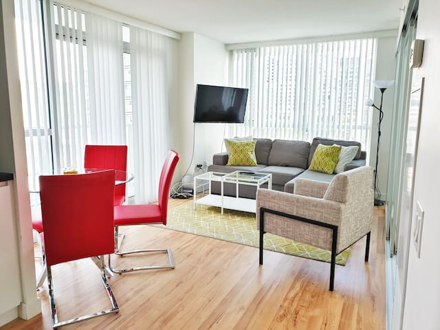 ★Bright & Spacious Toronto Condo | Free Parking |★