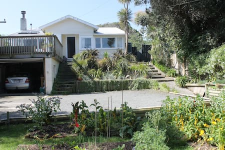 Spacious, sunny, private retreat - Paekakariki