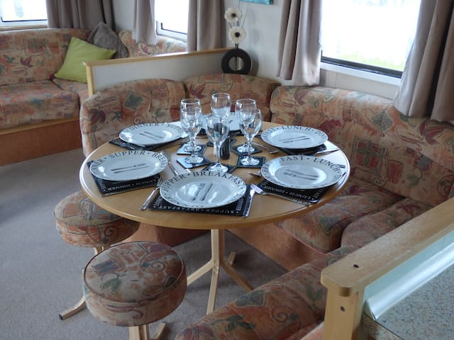 Caravan for 6 with WiFi & Private access to Beach.