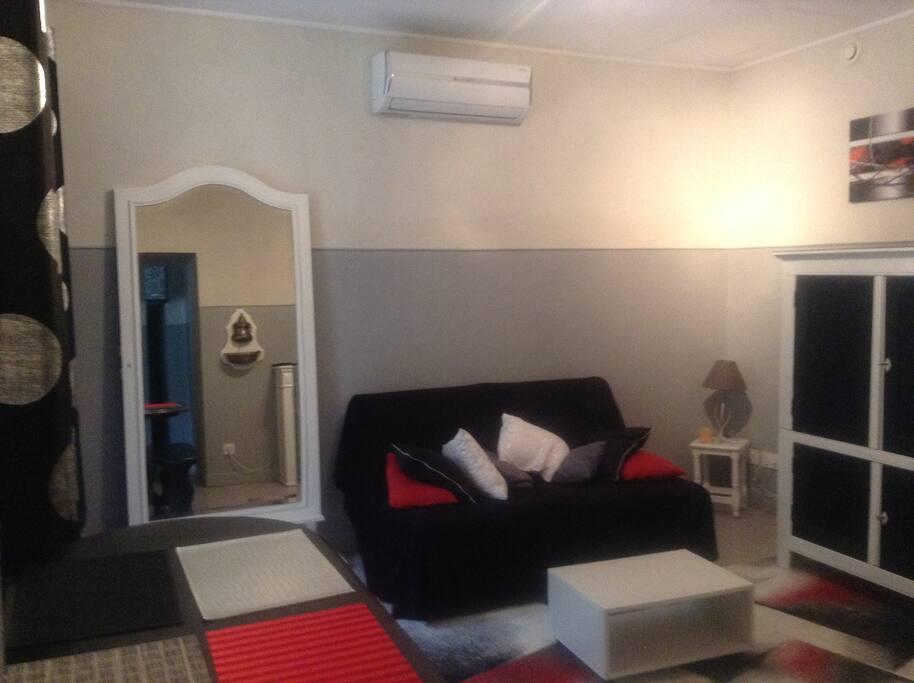Salon salle à manger avec climatisation et canapé clic clac 2 couchages. Matelas de très bonne qualité.
