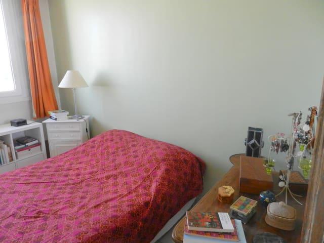 Chambre  2 personnes  40 euros / 1 personne 31 E