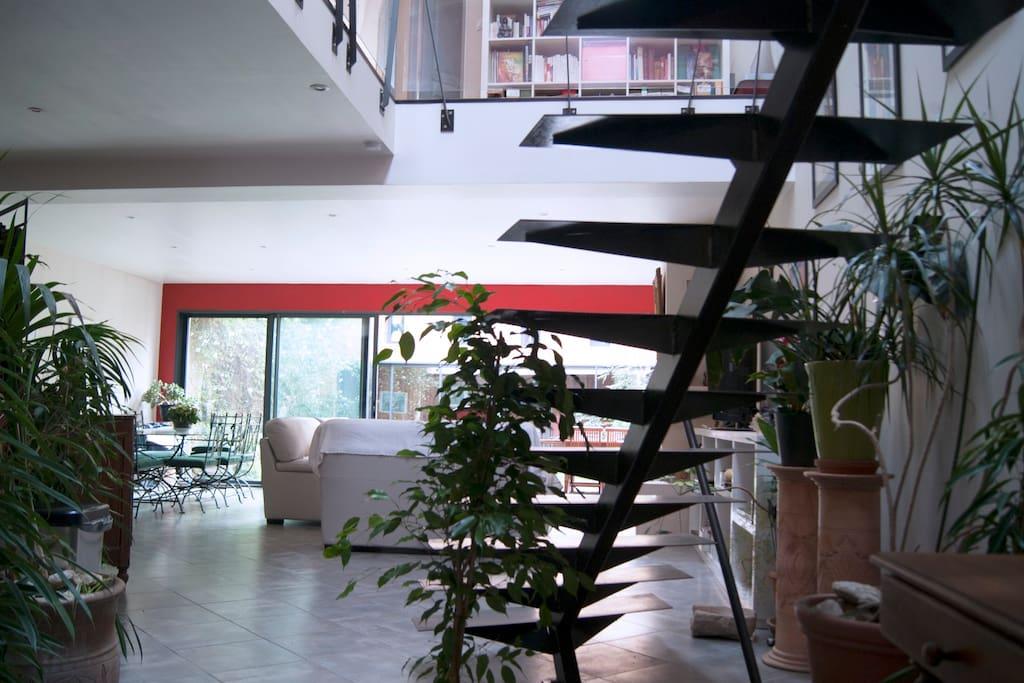 Grande pièce de vie cuisine / salon ouverte sur jardin.