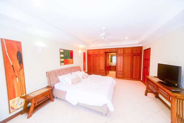 Large ,Comfy, Easy 2 Beach 300m , in town,1ฺBR
