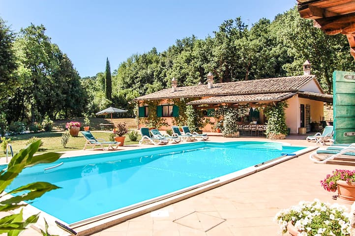 Detached house with private pool 100km from Rome