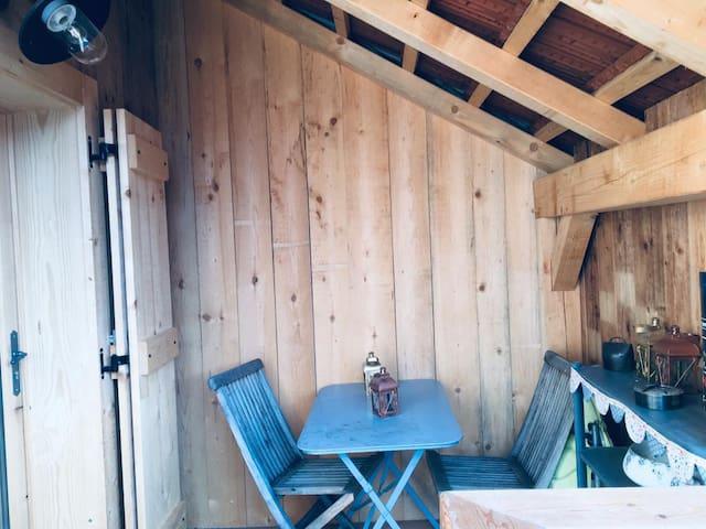 A l'extérieur, devant l'entrée