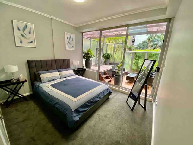 SPACIOUS 2 BEDROOM WITH FREE PARKING IN THE CBD