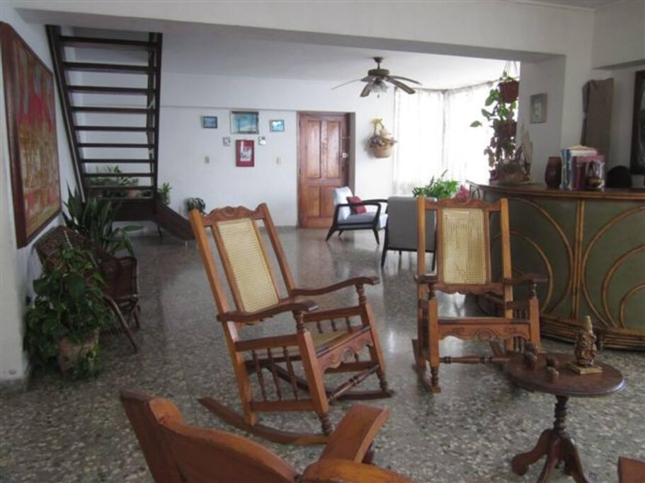 Sala de estar con excelente ventilación e iluminación natural