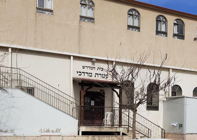 Sefardi Shul Ateres Mordechai + Yeshiva & Kolel (5-minutes)